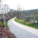 Inny widok na ścieżkę rowerową i deptak