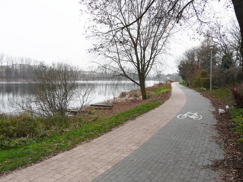 Ścieżka rowerowa i deptak otaczają jezioro Długie